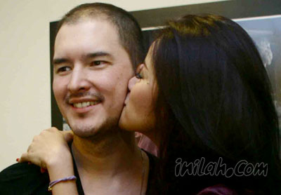 Ciuman Mesra Ola Ramlan
